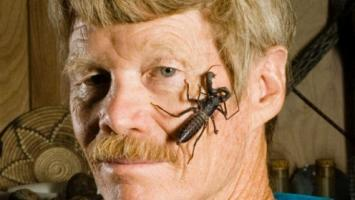 ¡Qué dolor! Este hombre pasa mucho tiempo con los insectos. ¿Qué hace?