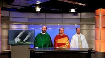 Cadena de televisión contrata a tres sacerdotes para comentar fútbol