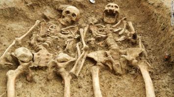 Encuentran restos de una pareja tomada de las manos por 700 años