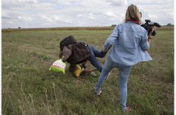 Tres años de prisión condicional para la reportera húngara que pateó a un inmigrante