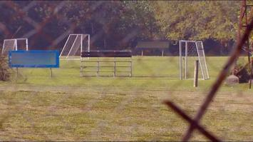 Se le cayó un arco de fútbol encima y pelea por su vida