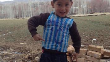 El niño de la camiseta de Lionel Messi huye de su país por amenazas