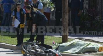 Una mujer embarazada manejaba una moto, chocó y murió