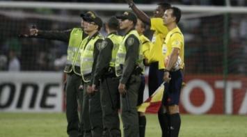 Aseguran que el árbitro que dirigió Atlético Nacional-Huracán es colombiano