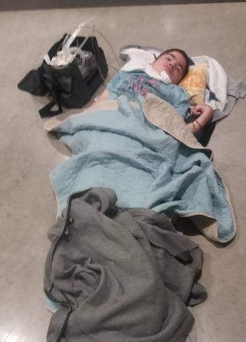 Vergüenza: Perdieron la silla de un enfermo terminal y lo dejaron en el suelo