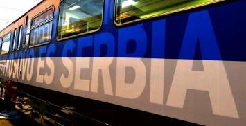 """Kosovo bloquea un tren con la bandera serbia y el eslogan nacionalista """"Kosovo es Serbia"""""""