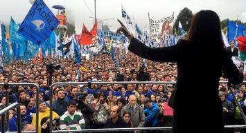 "En problemas por el ""aguante"" a Cristina Kirchner: quedaron procesados por colgar dos banderas"