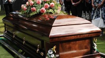 Velaban a una mujer en Córdoba y se escucharon ruidos en el ataúd: ¿estaba viva?