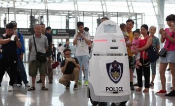 Uno de los mayores aeropuertos de China es patrullado por robots