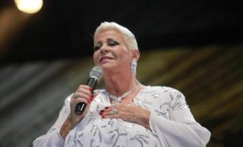 """Una cantante de boleros confesó que le """"gusta"""" Macri porque """"es millonario"""""""