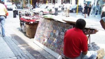 Ambulantes exigen volver a las calles y produjeron destrozos en la FET