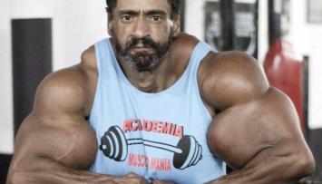 Un albañil se inyecta aceite en el cuerpo para ser más grande Hulk