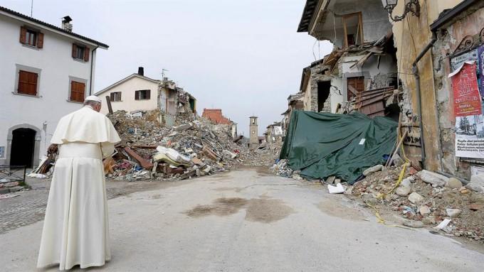 Sorpresiva visita del Papa a la ciudad devastada por el terremoto
