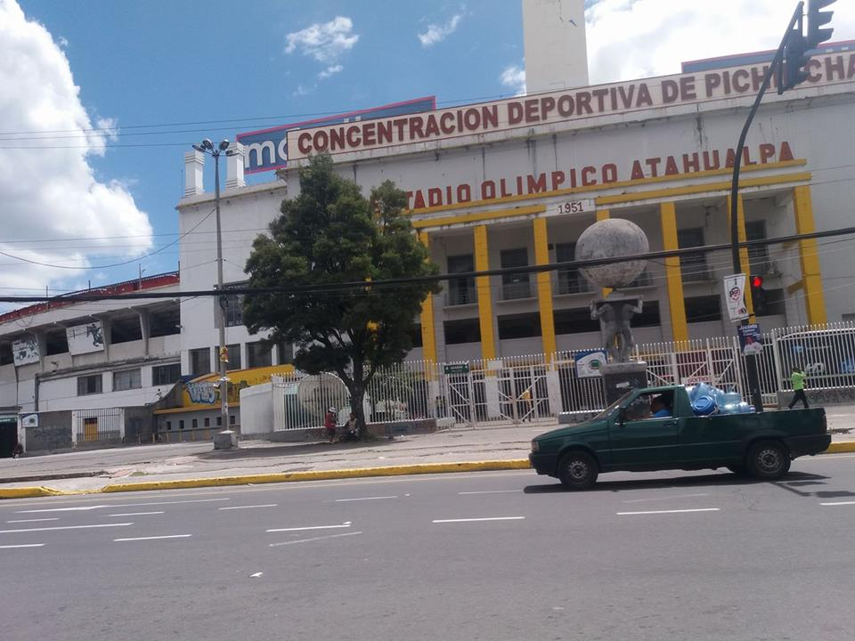 Por estas hora los hinchas decanos ya hacen colas para ingresar al Estadio Athualpa