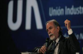 Operaron de urgencia a González Fraga y se demora la transición en el Nación