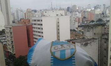 Los hinchas de Atlético metieron banderazo en el Benjamín Matienzo y ya están en Brasil (VIDEO)