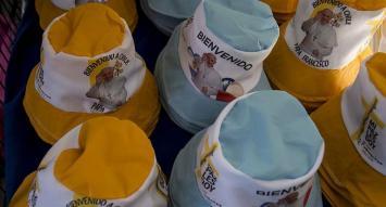 Gorros, banderas, vinchas: se desata en Chile fiebre de souvenirs por la visita del Papa