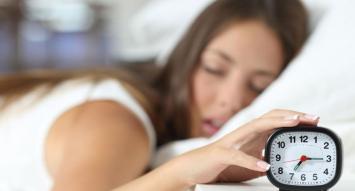 Pantallas, celulares e Internet, los enemigos del sueño