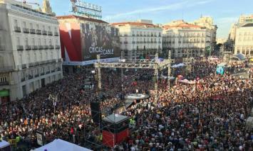 """Madrid/ Miles de personas se concentran en """"Puerta del Sol"""" en apoyo a la moción de censura de Unidos Podemos contra Mariano Rajoy"""