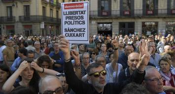 Más cerca de la intervención, catalanes piden en las calles la libertad de líderes separatistas
