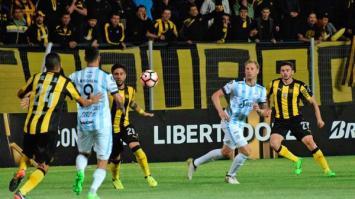 La suerte no acompañó al Decano y cayó 2 a 1 en Montevideo
