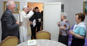 """Sorpresivo """"timbreo"""" del Papa en las afueras de Roma"""