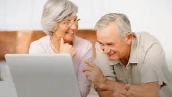 Manejar internet mejora la autoestima de los adultos mayores