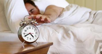 Según estudio, las personas solitarias duermen peor