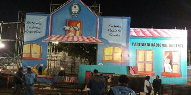 Los maestros instalaron la Escuela Pública Itinerante frente al Congreso