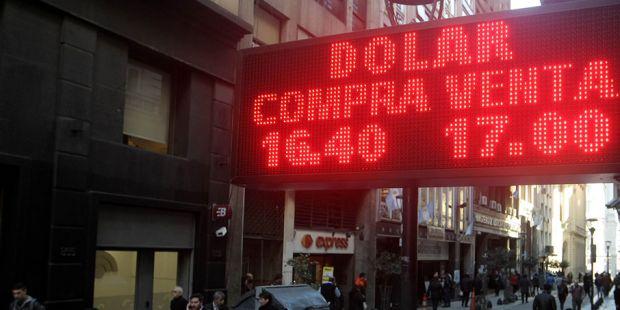 El dólar se disparó por encima de los $ 17 y marcó un nuevo récord