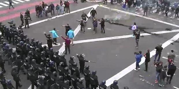 Violenta represión a manifestantes en la 9 de Julio (Video)