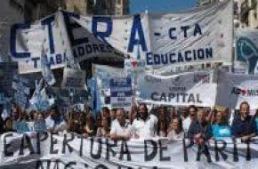 """Docentes anunciaron paro nacional de 24 horas para mañana contra """"la represión"""" frente al Congreso"""
