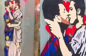 Artista italiano presentó provocadora obra donde Messi besa a Cristiano Ronaldo