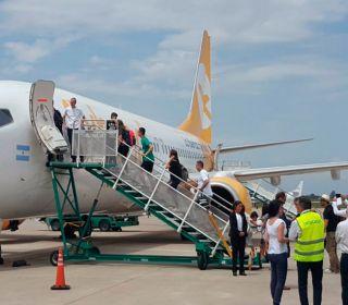 Otro papelón de Flybondi: se les cayó un pedazo de motor antes del vuelo