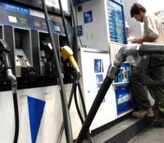 El Gobierno frenaría la suba de la nafta hasta después de las elecciones