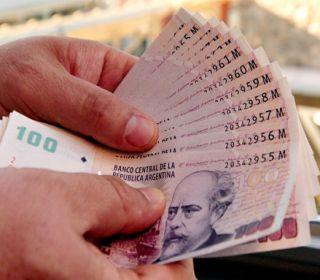 """Crece la emisión de pesos al 27% y advierten que """"la maquinita"""" presionará sobre la inflación"""