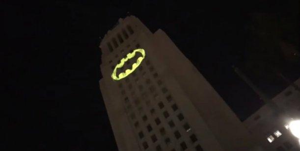 Los Ángeles: Prendieron la Batiseñal en homenaje a Adam West