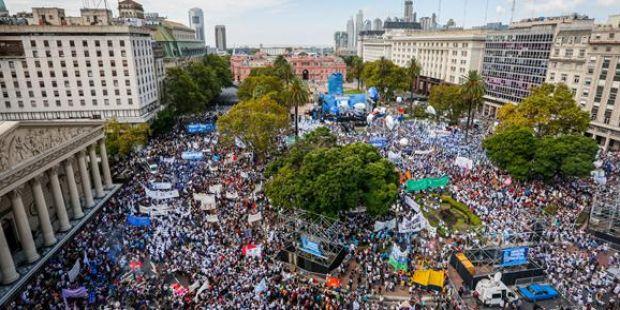 Masiva marcha de docentes a la Plaza de Mayo
