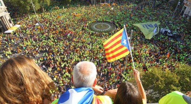 Los catalanes colmaron las calles de Barcelona en apoyo al referéndum