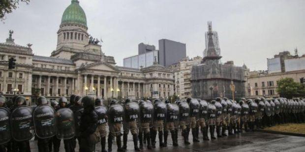 Con el Congreso militarizado Cambiemos busca adelantar la sesión para aprobar el ajuste a los jubilados