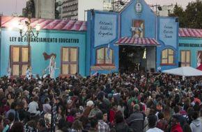 """La """"escuela itinerante"""" permanecerá frente al Congreso hasta el 5 de mayo"""