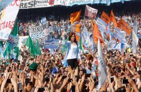 """Cristina en Racing: """"Si estás mal, no votes ajuste, precarización, ni desigualdad"""""""