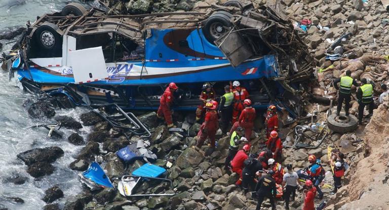 Un micro cayó a un acantilado en Perú y murieron al menos 36 personas