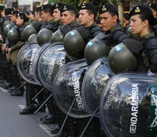 Se vienen más palos: aumentan 20% los sueldos de las fuerzas de seguridad nacionales